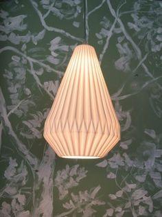 Coup de coeur pour cette petite suspension Origami allongée en porcelaine blanche de chez Chehoma. Idéale dans une entrée, dans un couloir ou dans une chambre, la porcelaine permettra une belle diffusion de la lumière. On aime son look scandinave qui s'intègrera dans beaoucoup d'ambiances déco.
