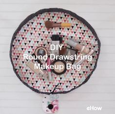 DIY Round Drawstring Makeup Bag DIY Round Drawstring Makeup Bag,DIY Fabric Crafts This drawstring makeup bag will help you feel more organized and will make it simple to sort, pack, and access your cosmetics. Sewing Hacks, Sewing Tutorials, Sewing Tips, Makeup Bag Tutorials, Sewing Basics, Craft Tutorials, Sewing Projects For Beginners, Diy Projects, Simple Sewing Projects