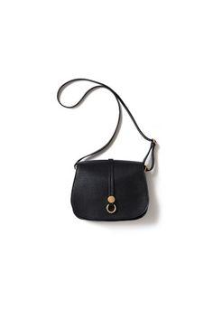 ミラノの老舗バッグショップ「HIGH-CLASS」のバッグです。 1990年代ごろ、素材の良さやクラス感で爆発的な流行を生み、現在でも変わらず、高いクオリティと品の良い商品を作り続けて、長年の顧客に愛される老舗ブランドです。   ■サイズ(cm)  高さ:18.5  幅:25  奥行き:9  【ショルダーストラップ】  ショート 67  最長126  ■重量  250g  ハントメイドのため、1点1点微差がございます。  ■素材  牛革  ■原産国  ITALY  ■カラー  ブラック ■発送予定  2016年5月末以降、随時発送 (職人が一つ一つ手作業で製作していますので、作業状況によって発送時期が前後する可能性がございます。予めご了承くださいませ)  ※発送時期は前後致します。  ※クレジット決済をご利用の場合はご予約時の決済となります。 --> ★もっとコーディネートを見る
