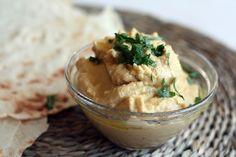 Hummus is lekker, gezond en super op toast(jes), brood of om nacho's in te dippen.Zo maak je 'm supersnel: Laat de erwten uitlekken en vang het vocht op. Doe de kikkererwten, 2 eetlepels van het uitlekvocht, de tahin, knoflook, citroensap, tabasco en zout in een keukenmachine of blender (met een stalen mes) en mix tot […]