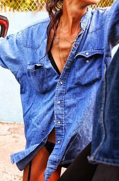 inspiration for the summer: denim shirt goes well with the bikini Denim Fashion, Look Fashion, Womens Fashion, Net Fashion, Beach Fashion, Looks Style, Style Me, Looks Camisa Jeans, Undone Look