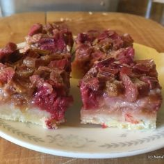 Rhubarb is usually a summer fruit, but it freezes so well that you can have rhubarb treats all year round. If you are using frozen rhubarb in your baking, (like pies, crisps and bars like this one) a good rule. Rhubarb Recipes, Fruit Recipes, Gourmet Recipes, Dessert Recipes, Rhubarb Dream Bars, A Food, Good Food, Rich Recipe, Thing 1