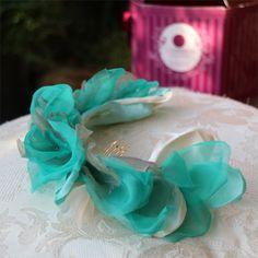 Un tocado hecho con pétalos en gasa de seda moldeados a mano con parte de la tela de la madrina by @nilataranco. El tocado se sitúa en la parte posterior de la nuca sobre el recogido. Un look de boda perfecto! #tocadosamedida #lookdeboda #nilatarancodesign #tocadosmadrid #tocadodemadrina @nilataranco  #fascinator #weddinglook
