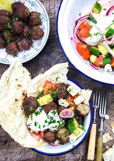 Griekse gehaktballetjes met platbrood en salade