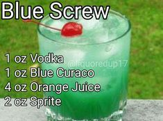 Rum instead of vodka Liquor Drinks, Vodka Drinks, Frozen Drinks, Cocktail Drinks, Alcoholic Beverages, Mixed Drinks Alcohol, Alcohol Drink Recipes, Refreshing Drinks, Summer Drinks