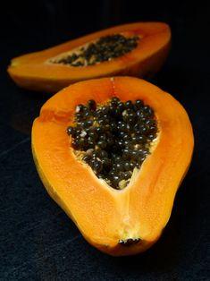 Papaye fraîche coupée en deux