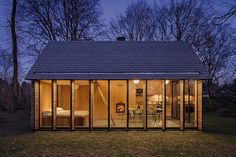 glass-walled-cottage-with-retractable-wooden-panels-10