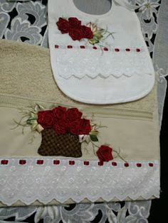 LOY HANDCRAFTS, TOWELS EMBROYDERED WITH SATIN RIBBON ROSES: CONJUNTO TOALHA E BABADOR