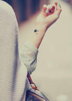 Stelline nere sul polso - Piccolissime stelline nere tatuate sul polso per un tattoo discreto ma significativo.