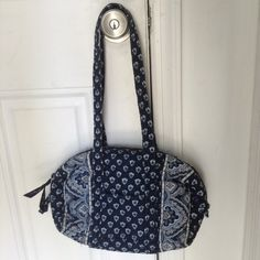 Vera Bradley Nantucket Navy Roller BAg Vera Bradley Nantucket Navy Roller BAg.. Great condition.. Small bag.. Navy print bag.. Paisley trim. Vera Bradley Bags Shoulder Bags