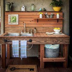 une cuisine d'extérieur sommaire en bois, construction simple et vintage