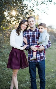 Pittsburgh Pennsylvania Family Photography. Family of Three Poses. Outdoor fall family portraits. Fall family pictures. Burgundy family photos. What to Wear famiily photos. Fall color schemes. Maroon family pictures. Maroon fall outfits