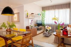 Dei com estes 2 apartamentos em uma matéria e teeenho que mostrar prá vcs! Ideias para lá de inspiradoras para todo mundo que está às voltas com a decoração de um apartamento pequeno.
