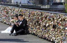 """Muito romantismo pesa: a prefeitura de #Paris irá retirar na segunda-feira (29) centenas de milhares de """"cadeados do #amor"""" presos à famosa #PontdesArts. Foto Remy de la Mauviniere/Associated Press. Saiba mais em http://uol.com/bkfnJr"""