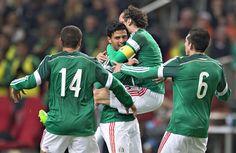 Con tres atacantes, México enfrentará a Costa Rica - Giovani Dos Santos, Carlos Vela y Javier Hernández conforman el tridente ofensivo que presentará la selección mexicana de futbol para este sábado ...