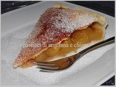 Oggi vi voglio deliziare con una buonissima torta americana: la Apple pie o American pie o semplicemente torta di nonna papera! io la ricordo nei cartoni della Walt Disney, nonna papera ne sfornava una marea per i suoi nipotini Qui, Quo e Qua! li ho sempre invidiati per questa cosa... ogni volta l'a