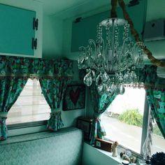 Wonderful Camper Chandelier Decor Ideas - Go Travels Plan Vintage Trailer Decor, Vintage Travel Trailers, Vintage Campers, Trailer Interior, Rv Interior, Caravan Living, Rv Living, How To Make A Chandelier, Diy Chandelier