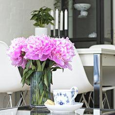 @Woargh on Instagram. Royal Copenhagen, Mussel fluted, Coffee, Kaffe, By Lassen, Eames, Lyngby Porcelæn, Ikea, Flowers, Macaron.