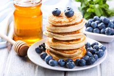 Amerikkalaiset pannukakut maistuvat mustikoiden kanssa. Teflonpinnoitettu pannu on paras pannareiden paistamiseen. Katso vinkit miten saat niistä kuohkeita. Food Policy, Food Inspiration, Keto Recipes, Nom Nom, Pancakes, Breakfast Recipes, Food And Drink, Low Carb, Sweets