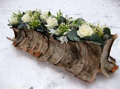 Winter table arrangement surrounded with bark Christmas Flower Arrangements, Modern Flower Arrangements, Christmas Flowers, Deco Floral, Arte Floral, Floral Design, My Flower, Flower Art, Fresh Flowers