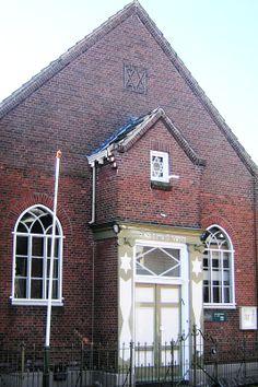 De synagoge aan de Stationsstraat, gebouwd in 1857 en gerestaureerd in 1927, is een van de weinige synagogen in de Achterhoek die de Duitse bezetting onbeschadigd heeft overleefd. Het gebouw werd in de oorlog weliswaar inwendig gesloopt, maar kon in 1950 worden hersteld. Het gebouw heeft een zadeldak en een mooie gevelmozaïek. Een gedenkplaat aan de zijkant herinnert aan de vermoorde leden van de Joodse gemeente. Na de bevrijding keerden slechts 46 joden naar Aalten terug.