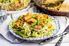 Recept voor indische pittige salade voor 4 personen. Met zout, water, olijfolie, peper, sperziebonen, paksoi, ijsbergsla, taugé, geraspte kokos, knoflook, chilipeper, sambal badjak en tofu