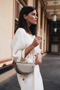 Nina Schwichtenberg trägt die Chloé Nile Bag in grau kombiniert zu einem hellen Sommerkleid von Mango und Tommy Hilfiger Schmuck. Mehr auf www.fashiioncarpet.com