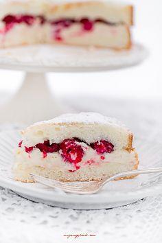 Torta Margherita z kremem i malinami