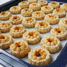 Bu #tuzlu #atıştırmalık #kurabiyelerini yapım aşamalarını ve tarifi isteyen can arkadaşlarım #tarifi ve yapım ve resimleri sola kaydirarak yapım aşama resimlerine bakabilirsiniz Yapımı çok zevkli #tarif her zamanki tarifim  Bu tariften bu resimde gördüğünüz adet kadar kurabiye çıkıyor Musmutlu akşamlar Gönül dolusu sevgiler  TUZLU ATIŞTIRMALIK KURABİYE 125 gr buzdolabından çıkıp küçük parçalar halinde kesilmiş tereyağı veya margarin 1 adet büyük boy yumurta 1 klasik çay b...
