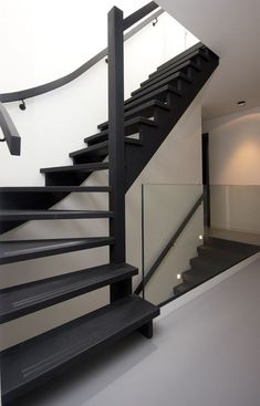 Great Altering the looks of the concrete-looking staircase: from a staircase previous to a co. Black Staircase, Staircase Design, Interior Stairs, Home Interior Design, Open Trap, Stair Renovation, Open Stairs, House Stairs, House Goals