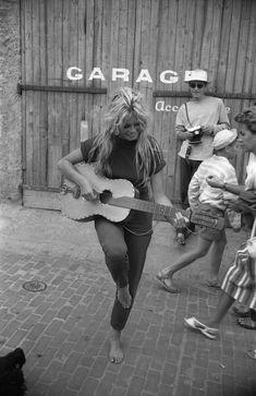 Willy Rizzo Brigitte Bardot in Saint-Tropez 1958 ref. Bridgitte Bardot, Saint Tropez, Vogue Paris, Photo Trop Belle, Exposition Photo, Estilo Hippy, Look Vintage, Vintage Photos, French Actress
