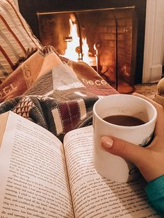 love, fashion e beautiful imagem no We Heart It Cozy Aesthetic, Autumn Aesthetic Tumblr, Autumn Cozy, Cozy Winter, Warm And Cozy, Christmas Aesthetic, Happy Fall Y'all, Happy Sunday, Coffee And Books