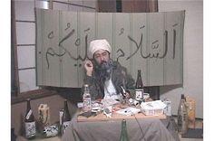 Immagine di un video di Makoto Aida nei panni di Bin Laden
