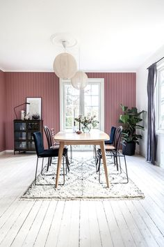 På en ø fandt Anja og kæresten deres drømmehus og slog til! Dining Room Paint Colors, Dining Room Wall Decor, Decor Room, Home Decor, Mauve Walls, 10 Seater Dining Table, Interior Design Programs, Pretty Room, Stylish Bedroom
