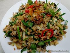 Hến xào sa tế là món ngon của xứ Huế, với vị ngọt của hến, cay nồng của sa tế và ớt, ăn kèm bánh đa hoặc b