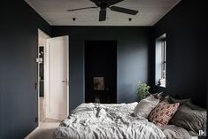 Recursos para cambiar de habitación: de niños a adolescentes – Deco Ideas Hogar Bungalow Haus Design, Cottage Design, House Design, Scandi Home, Scandinavian Home, Millionaire Mansion, Master Bedroom, Bedroom Decor, Black Rooms