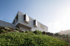 Completed in 2017 in Cachagua, Chile. Images by Nico Saieh. The CASATRU is located on a steep slope facing the sea of Chile in Beranda, Zapallar. The access to the house is from above in order to bury the. Amazing Architecture, Contemporary Architecture, Chile, Arch House, Villa Design, Windows And Doors, Habitats, This Is Us, Tiny House