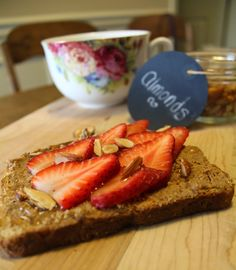 The taste of Myriam !: Almond butter strawberry toast | Toast au beurre d...