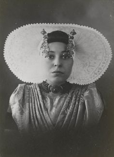 Mevrouw E. Israël-van Waarde in streekdracht uit de omgeving van Arnemuiden. Ze is gekleed in de zondagse dracht. 1926 #Arnemuiden
