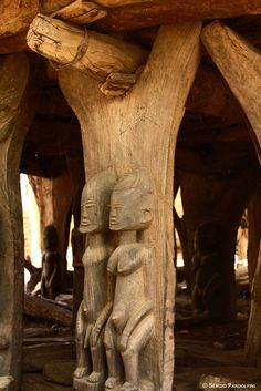 Togunà of Youdio: detail of wooden columns. Vernacular Architecture, Ancient Architecture, Amazing Architecture, Wooden Columns, Afrique Art, African Sculptures, Art Populaire, Art Premier, Art Carved