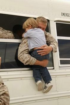 Hugs - this inspires me because it shows so much love! Love for his family, love for his country and love for me (who he does not even know) because he is doing what he said he would do! My Champion, The Embrace, Military Love, Military Families, Military Pins, Military Photos, Support Our Troops, Emotion, We Are The World