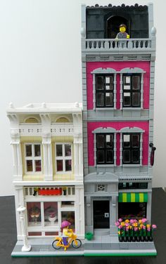 Lego MOC Modular Townhouse with Shop Street - Genevieve Terry Lego Moc, Lego Minecraft, Lego Lego, Lego Batman, Minecraft Buildings, Lego City, Legos, Lego Christmas Village, Lego Village