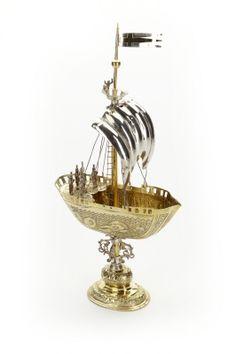 Pokal i form av skepp med tretungad korsflagga. Förgyllt silver. Tillverkat i Augsburg 1610-1615.