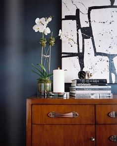 Indigo Walls, love a dark wall Dark Blue Walls, Navy Walls, Black Walls, Dark Navy, Deep Blue, Navy Blue, Indigo Walls, Interior Inspiration, Design Inspiration