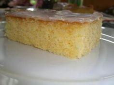 Hallo, das ist unser Lieblingszitronenkuchen, alle Kids und Erwachsenen lieben ihn, wenn man Zitronenkuchen mag. Vorteil: schnell zubereitet und hält sich länger frisch und saftig. Zutaten. 300 gr. Margarine 300 gr. Zucker 1 TL Vanillezucker 6 Eier im Ganzen Schale einer ganzen Zitrone oder ½ Fläschchen Backaroma und ca. 1 – 2 Eßl. Zitronensaft (kann auch aus der Flasche sein) 300 gr.Mehl ½ Teelöffel Backpulver 1 Paket gesiebter Puderzucker ca. 4 – 6 Eßl. Zitronensaft