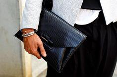 tendencias_street_style_moda_en_la_calle_clutches_accesorios_bolsos_671486186_900x600