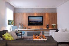 Estante com painel de madeira + móvel em laca branca e detalhe em cinza. Gosto da madeira usada com os veios na vertical. Projeto In House Designers, via Casa de Valentina.