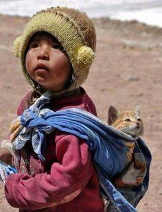 Niño del altiplano y su gato.