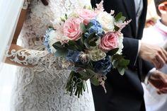 Nunances delicate, raffinatezza del pizzo e tanto romanticismo per un bouquet dallo stile shabby chic.