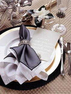Wedding Flowers White Table Place Settings Super Ideas - All About White Table Settings, Table Place Settings, Wedding Table Settings, New Years Party, New Years Eve, Vase Deco, White Wedding Flowers, Napkin Folding, Holiday Tables